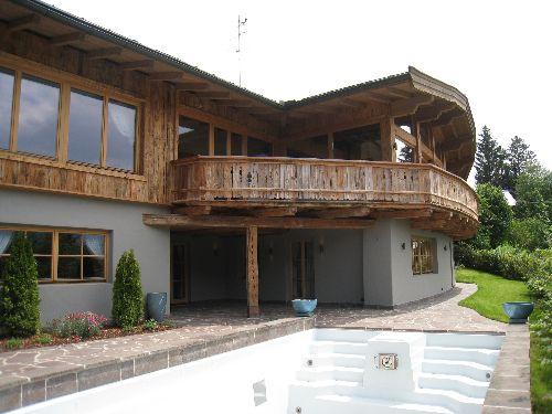 ID 0556 www.immobilien-kitzbuehel-schroll.com  Ein Traum wird wahr ! Sie suchen Ruhe, Erholung, Ausicht? Hier finden Sie alles, was ein Tiroler Zuhause, eine private Residenz in idyllischer Lage bieten kann ! Immobilien wie diese am Kitzbüheler Immobilienmarkt sind Raritäten, die vom ersten Moment an Kenner überzeugen ! Dieses charmante Landhaus überzeugt mit hochwertigen Materialien mit modernem Wohnstandard. Diese Immobilie bietet Platz für die ganze Familie, und ist Sommer wie Winter bestens erreichbar. Michaela Schroll Immobilien Kitzbühel * Kitzbuehel Real Estate Austria *
